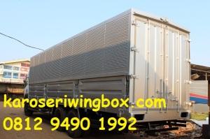 Penampilan karoseri wingbox dari posisi belakang samping.